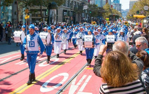 Небесний оркестр виступає на 23-му щорічному параді Pistahan