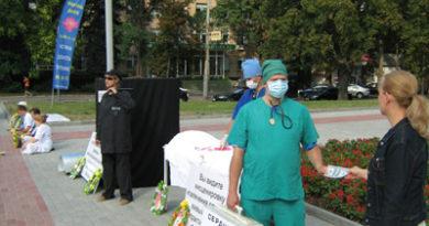 Акція, що викриває злочини компартії Китаю над послідовниками Фалунь Дафа