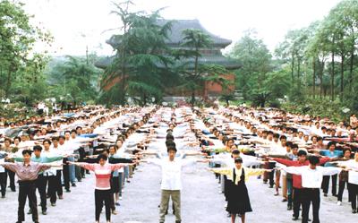 1998 рік. Жителі провінції Сичуань виконують першу вправу Фалуньгун