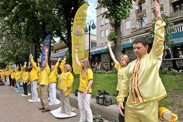 Послідовники Фалуньгун виконують вправи цігун і медитацію під час акції на Хрещатику