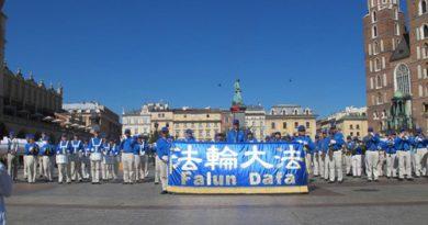 Польща. Старовинний Краків вітає духовий оркестр практикуючих Фалуньгун