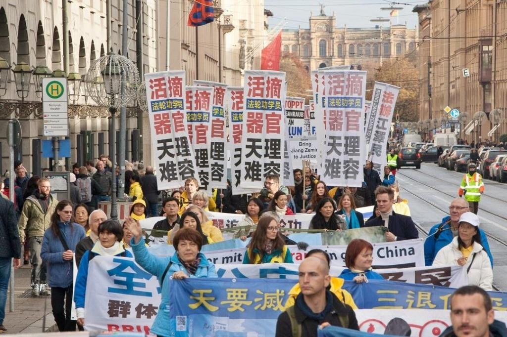 Написи на плакатах закликають припинити переслідування Фалуньгун і насильницьке вилучення органів у ув'язнених послідовників Фалуньгун в Китаї