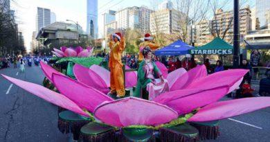 Практикуючі Фалунь Дафа беруть участь в Різдвяних парадах по всьому світу