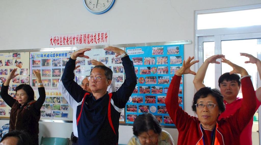 Жителі села Даці повіту Цзяї вивчають вправи Фалуньгун
