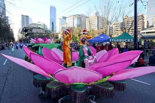 Практикуючі демонструють вправи Фалунь Дафа на пересувній платформі