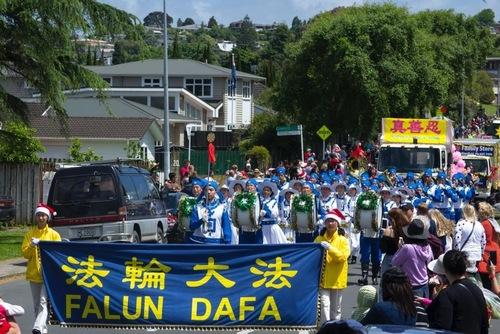 Практикуючі Фалуньгун виступають на Різдвяних парадах