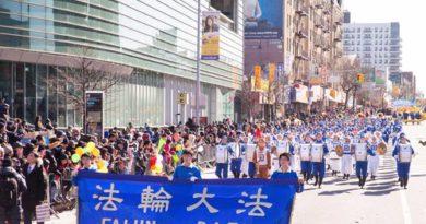 Флашинг, Нью-Йорк. Групу Фалунь Дафа тепло вітали на параді, присвяченому китайському Новому році