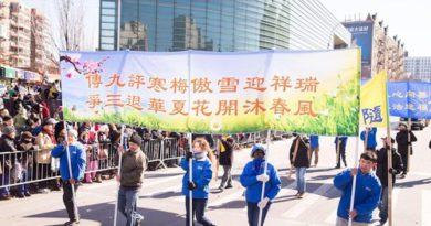 Під час параду жителі Нью-Йорка дізнаються про хвилю виходу китайців з рядів компартії