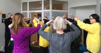 Данія. Відвідувачі виставки «Здорове тіло і свідомість» були сповнені бажання познайомитися з Фалунь Дафа