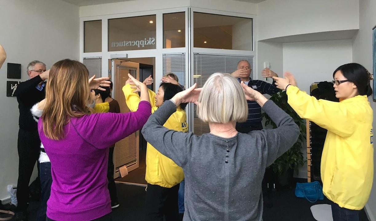 Відвідувачі виставки «Здорове тіло і свідомість» вивчають вправи Фалунь Дафа