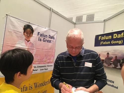 Ян Лангекер підписує петицію з вимогою до китайського комуністичного режиму припинити переслідування Фалуньгун