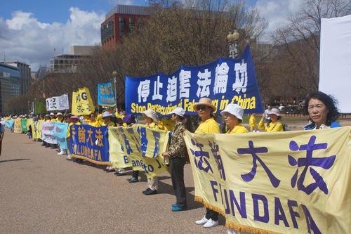 Практикуючі Фалуньгун закликають президента Дональда Трампа переконати голову КНР Сі Цзіньпіна припинити переслідування Фалуньгун у Китаї