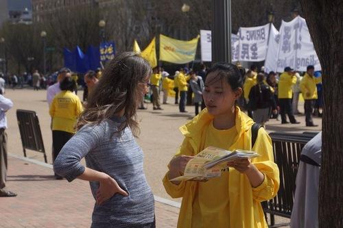 Практикуючі Фалуньгун розповідають перехожим про переслідування цієї практики в Китаї під час заходу біля Білого дому