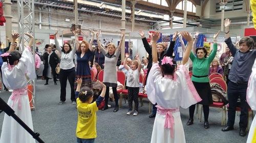 Практикуючі навчають відвідувачів виставки вправам Фалуньгун (Дублін, Ірландія)