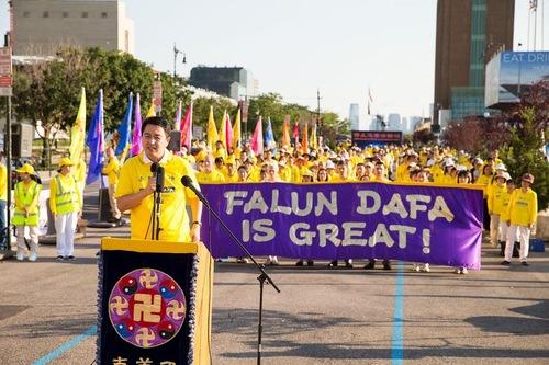 Мітинг послідовників Фалунь Дафа перед китайським консульством в Нью-Йорку
