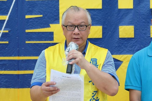 Кань Хун-Чеюн, голова Асоціації Фалунь Дафа Гонконгу, виступає на мітингу