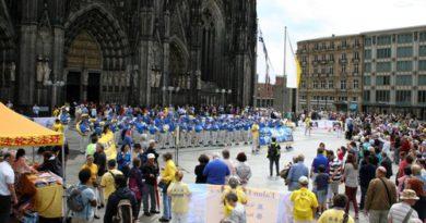 Марш  і мітинг Фалуньгун в Кельні
