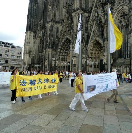 Грандіозний марш Фалуньгун в Кельні