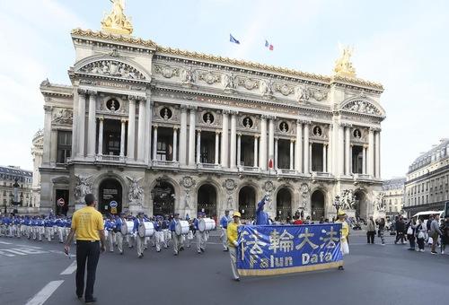 Парад Фалунь Дафа завершився біля Лувра