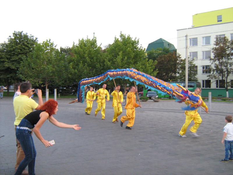 Особливу радість і захват танець Дракона послідовників Фалуньгун викликав у дітей