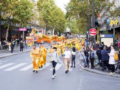 Група учнів Фалуньгун, що виконувала танець дракона