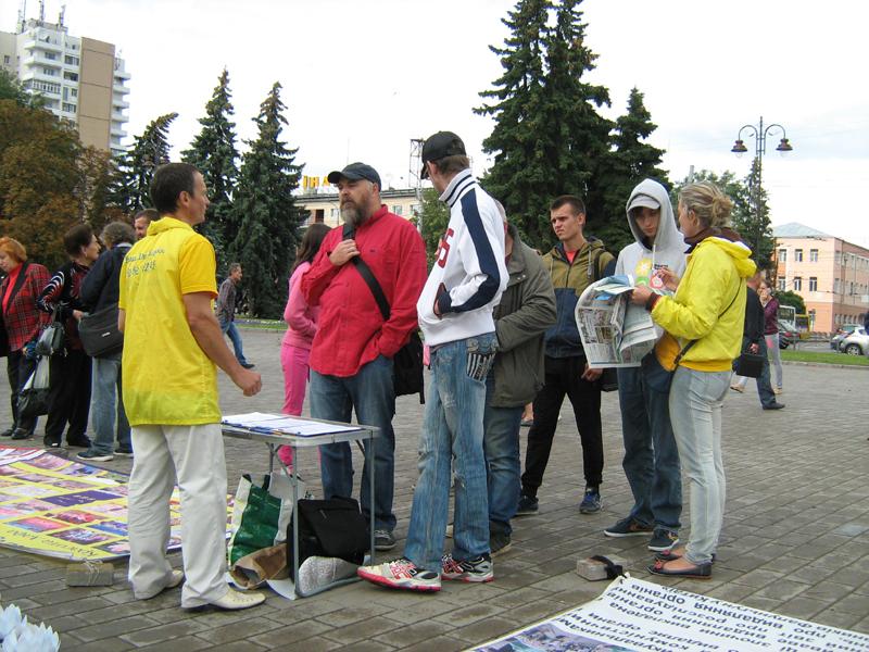 Спілкування з людьми послідовників Фалуньгун на акції в м. Луцьк (серпень 2017 р.)