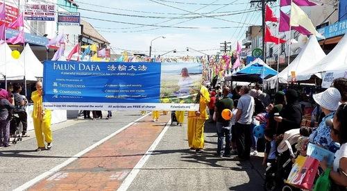 Практикуючі Фалуньгун беруть участь у вуличному фестивалі Халдон в Лакемба