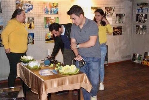 Відвідувачі фотовиставки «Подорож у світ Фалунь Дафа» в Ескішехірі підписують петицію, що закликає припинити переслідування в Китаї