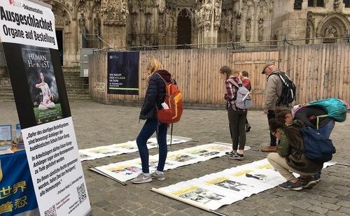 Після підписання петиції молоді люди почали розучувати вправи Фалуньгун