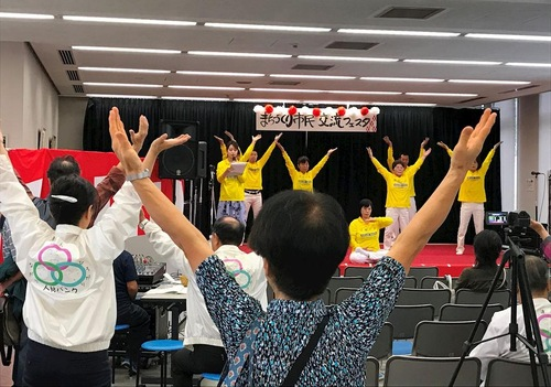 Демонстрація вправ Фалуньгун на сцені