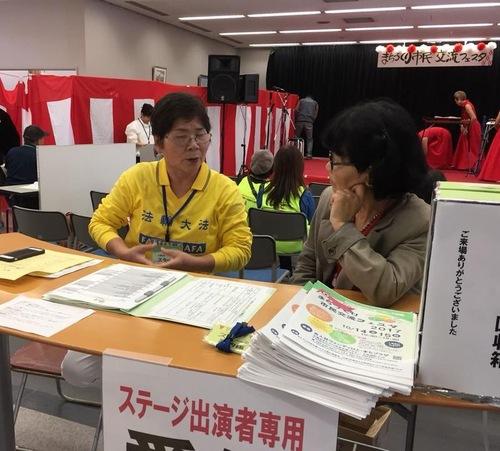 Ямагуті (праворуч) розмовляє з практикуючою