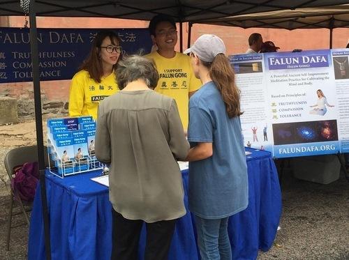 Стенд практикуючих на фестивалі арахісу в місті Уайтсборо, найбільшому і найстарішому фестивалі в Техасі. Більше 200 груп взяли участь у 52-му фестивалі цього року