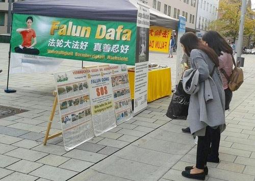 21 жовтня практикуючі провели захід на пішохідній вулиці в центрі міста Ульма. Їх плакати і показ вправ привертали увагу перехожих