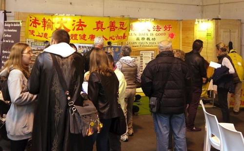 Люди дізнаються про Фалунь Дафа на виставці Salons Bio & Co, що проходила в Страсбурзі з 27 по 30 жовтня 2017 року