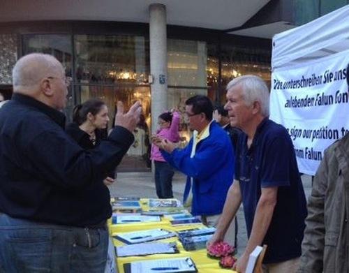 Люди розмовляють із практикуючими Фалунь Дафа