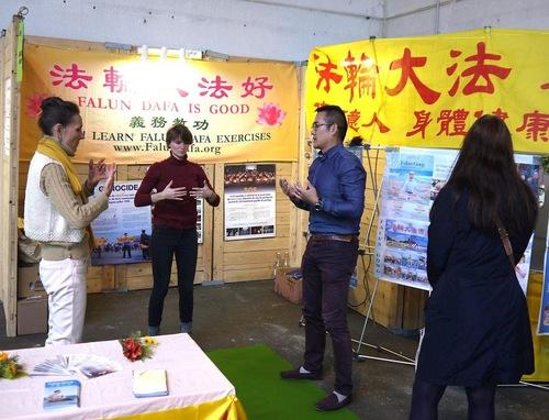 Дві жінки (зліва і в центрі) навчаються вправам на виставці