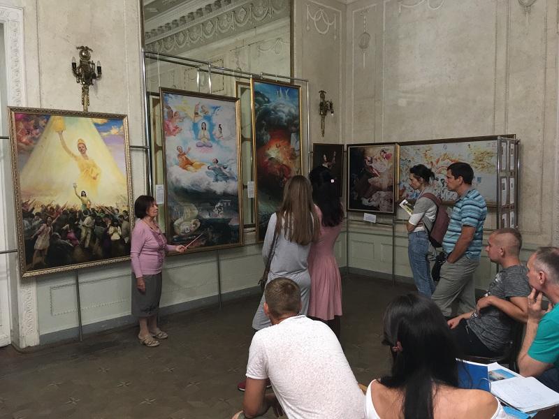 Глядачі дізнаються про систему самовдосконалення Фалунь Дафа і про репресії її прихильників в Китаї