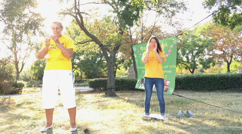 У Чорноморську люди знайомляться з Фалунь Дафа