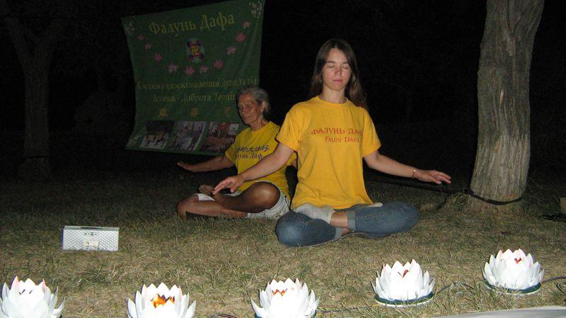 Пластмасові лотоси на акціях Фалуньгун, що світяться пізно ввечері за допомогою електрики