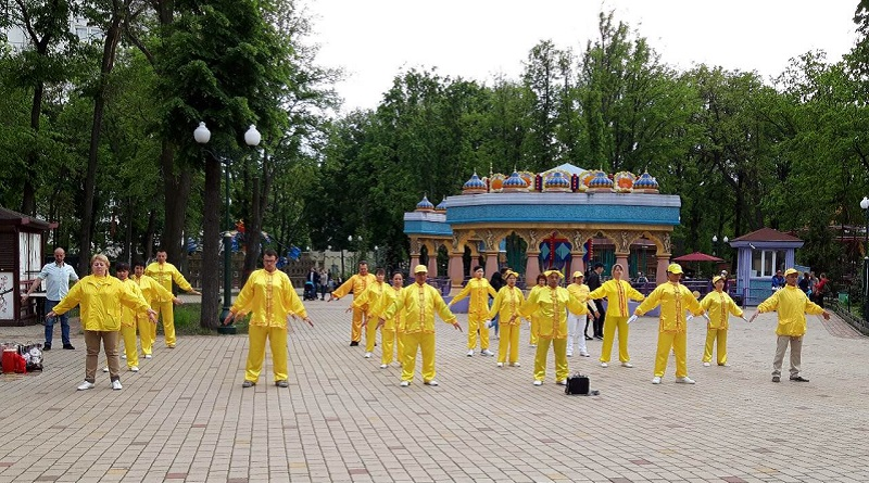 Виконання вправ школи цігун Фалунь Дафа (або Фалуньгун) на Фестивалі культур у Харкові