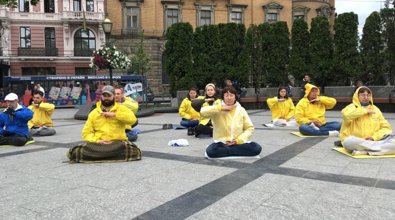 Виконання вправ Фалуньгун у Львові на День міста, біля пам'ятника Т.Г. Шевченку
