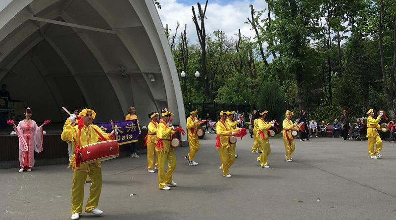 Виступ практикуючих Фалунь Дафа з поясними барабанами