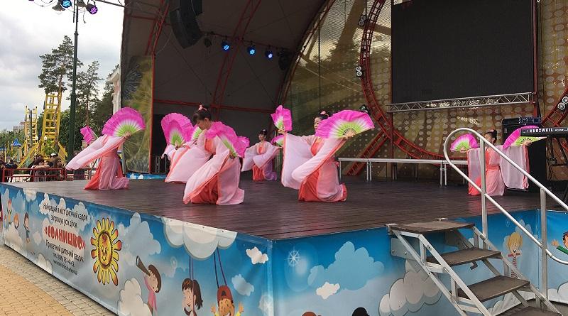 Танець з віялами практикуючих Фалунь Дафа