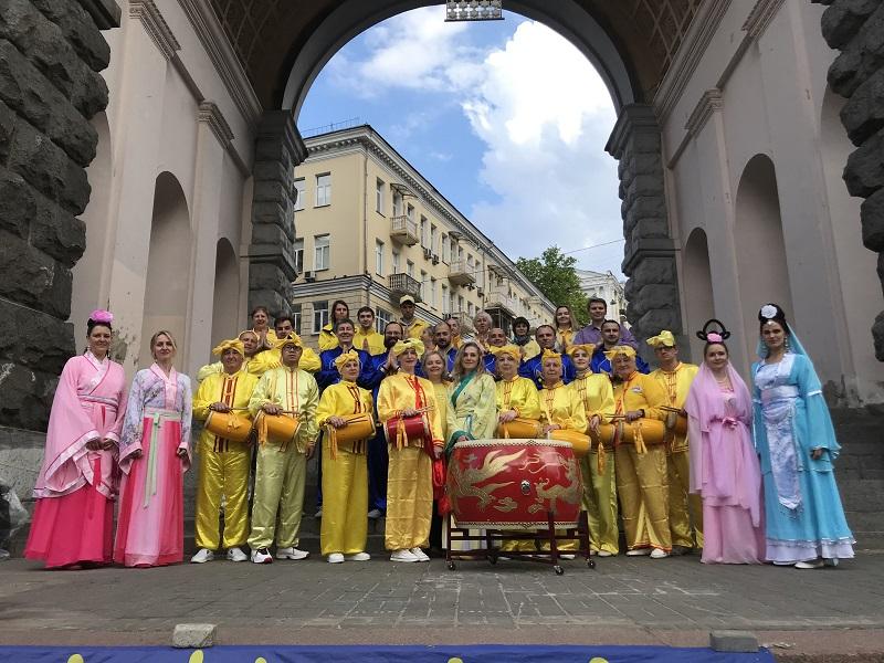 Загальна фотографія на пам'ять послідовників Фалунь Дафа