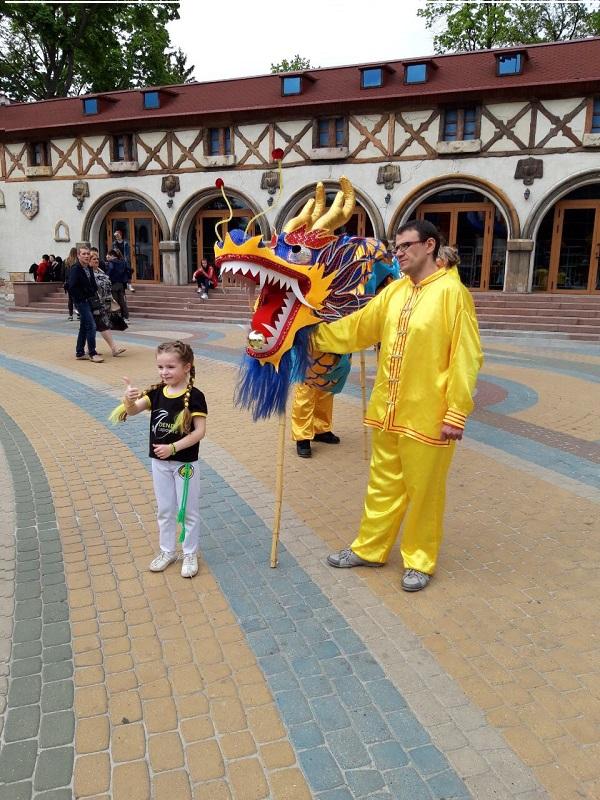 Діти з великою радістю фотографувалися з Небесним драконом