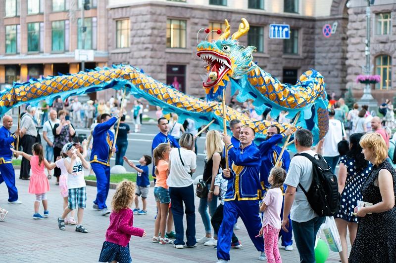 Глядачі спостерігають за Небесним драконом