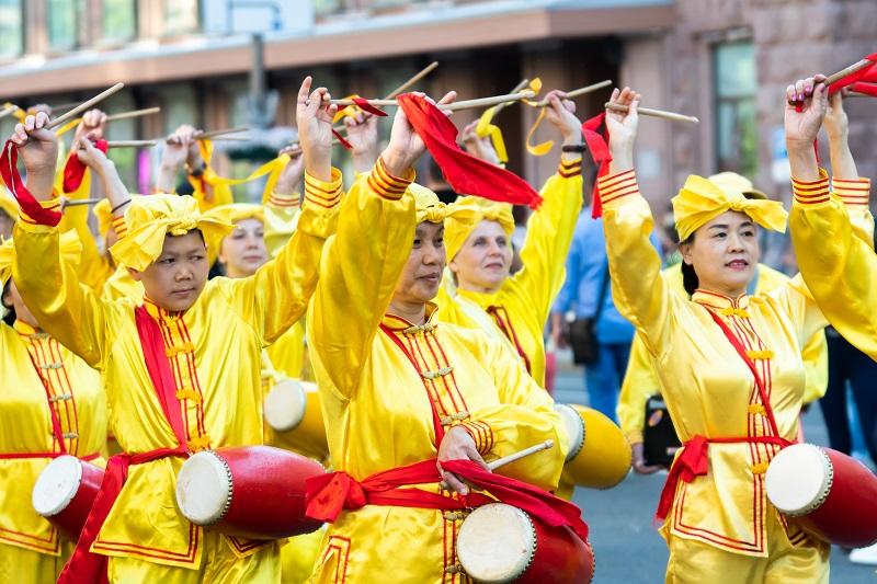 """Колона китайських барабанщиків виконує композицію """"Фалунь Дафа Хао"""""""
