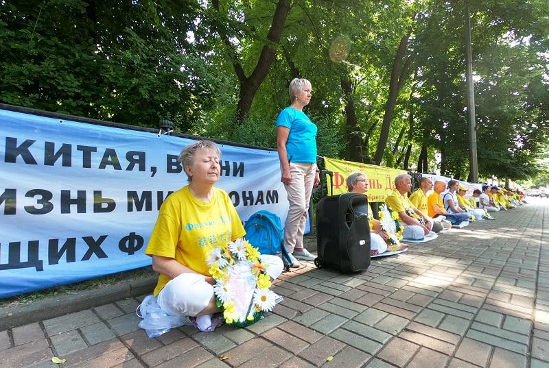 Мирна акція протесту напроти китайського посольства