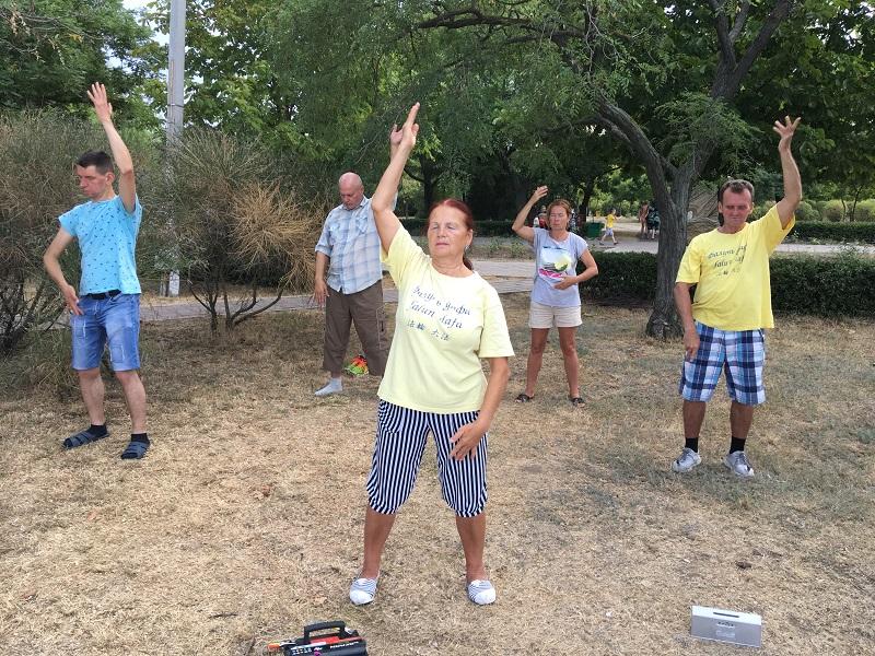 Виконання вправ цігун Фалунь Дафа на акціях в Чорноморську, серпень 2019