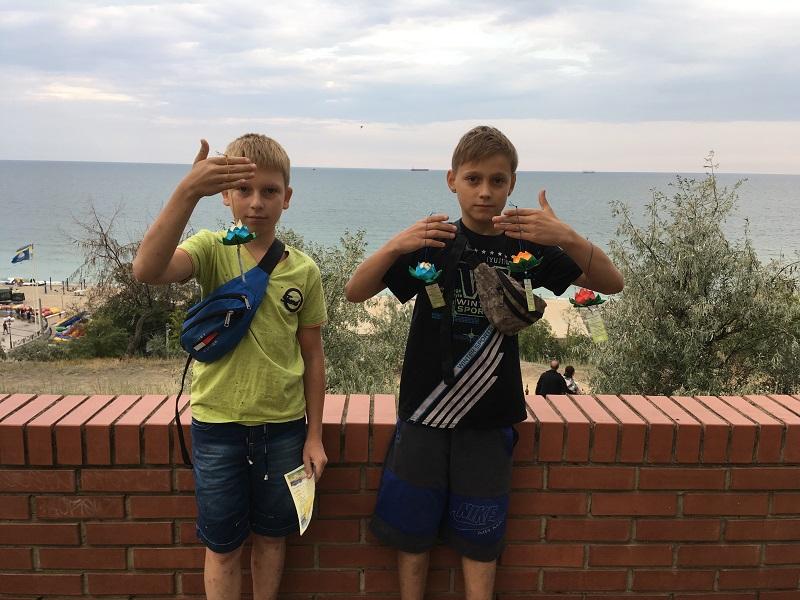 Школярі Данило і Максим відчули радість, коли їм вдалося зробити паперовий лотос своїми руками